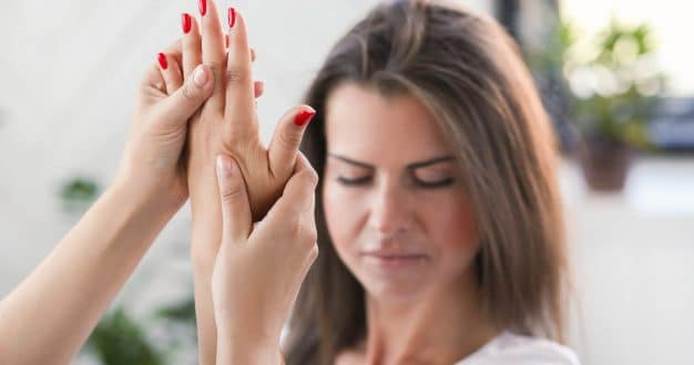 Quali sono le cause dell'intorpidimento delle mani per le donne incinte e il trattamento?