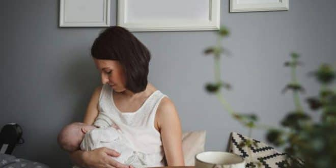 10 alimenti per una madre che allatta che aumentano la produzione di latte in estate