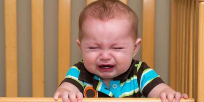 3 segnali che il tuo bambino odia andare a letto