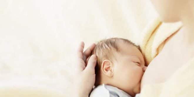 5 errori durante l'alimentazione che fanno male al viso del tuo bambino