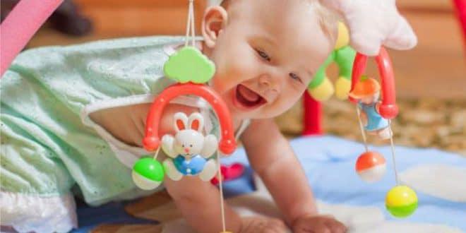 5 giochi che migliorano le abilità del tuo bambino nel terzo mese